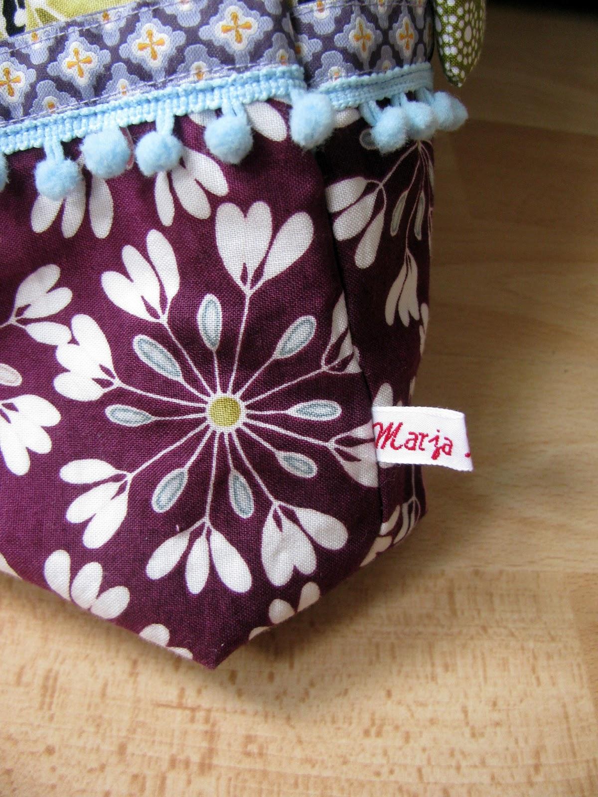 Webband und Bommelborte als Verzierung an Tasche